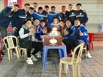 Công Vinh ngồi quán nước vỉa hè, mừng sinh nhật cầu thủ TPHCM