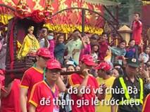 """Chen lấn, giành giật """"lộc"""" tại lễ rước kiệu Bà ở Bình Dương"""