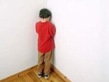 Bắt con úp mặt vào tường khi mắc lỗi, hình phạt tưởng hiệu quả mà lại vô cùng nguy hiểm