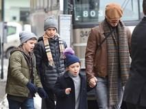 Harper làm mặt khôi hài khi được ra ngoài cùng bố và các anh trai
