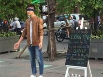 Chàng trai bịt mắt gây chú ý giữa phố đi bộ với tấm bảng