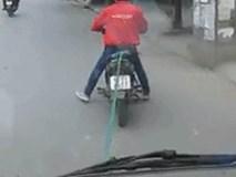 Cảnh hi hữu trên phố: Xe máy thòng dây kéo ô tô