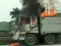 Xe tải biển nước ngoài cháy ngùn ngụt trên đại lộ Thăng Long