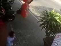 Clip giật mình: Xe bồn mất lái tông thẳng vào quán ăn bên đường