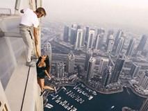 Tin tưởng 100% vào bạn trai, người mẫu Nga liều mình đánh đu trên mép tòa nhà chọc trời ở Dubai