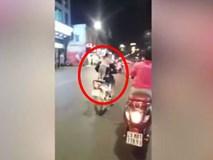Choáng với cảnh bé gái đu vai người đàn ông không đội mũ bảo hiểm phi xe ầm ầm trên phố