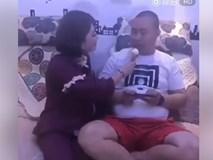 Cười không nín được... trước màn vợ cho chồng ăn kem