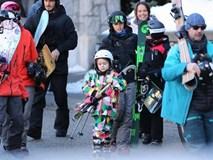 Harper diện đồ sặc sỡ đi trượt tuyết cùng với gia đình