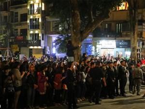 Vệ sĩ dùng dùi cui để giải tỏa đám đông chờ Seungri