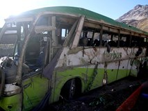 Xe buýt lật trên đường núi ở dãy Andes, 19 người chết