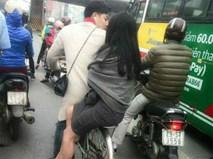 Cặp đôi gây chú ý khi ăn mặc hiện đại mà lại chở nhau trên chiếc xe đạp cọc cạch tróc sơn