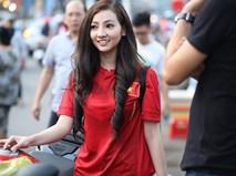 Hé lộ danh tính cô nàng áo đỏ xinh đẹp, cưỡi motor đi cổ động bóng đá