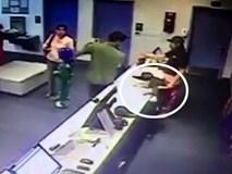Clip: Chàng trai dùng một tay đỡ đứa bé rơi từ trên bàn xuống đất
