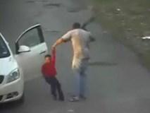 Cậu bé bị bạn trai của mẹ dùng dây thắt lưng quật hơn 62 lần chỉ trong 5 phút
