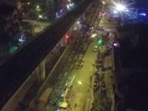 Người dân ra phố xem cẩu lắp toa tàu đường sắt trên cao
