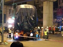 Clip: Cẩu thành công toa tàu đường sắt Cát Linh – Hà Đông lên đường ray