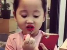 Video: Cô bé tự tô son như thợ trang điểm chuyên nghiệp, dân mạng tranh cãi