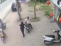 Video: Mẹ quên tắt máy để con vặn tay ga khiến cả hai mẹ con tông vào gốc cây
