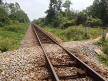 Ngồi chơi trên đường ray, bé trai 2 tuổi bị tàu tông tử vong