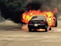 Hà Nội: Ô tô 4 chỗ bốc cháy dữ dội giữa ngã tư