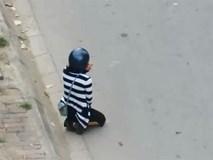 Chàng trai bắt bạn gái quỳ giữa đường mới cho ngồi lên xe