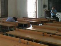 """""""Hình phạt"""" hiếm thấy của thầy giáo khi có sinh viên ngủ gật trên lớp"""