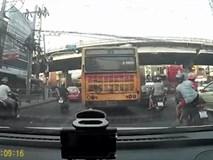Clip: Xe buýt mất lái, người phụ nữ thoát chết trong gang tấc