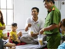 Hình ảnh ấm áp: Công an thức khuya dậy sớm nấu cháo phát miễn phí cho bệnh nhân nghèo
