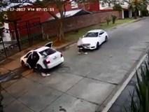 Clip: Đang lái xe, cô gái bị chặn đầu và bắt cóc như trong phim hành động