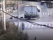 Xe 3 bánh đâm trực diện xe tải, 8 người bị hất tung lên trời rồi rơi xuống đất