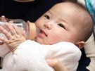 Các mẹ lưu ý: Cho trẻ dưới 6 tháng tuổi uống nước chẳng khác gì hại con!