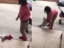 Người mẹ nhẫn tâm liên tục đá con vì cô bé không chịu nín khóc