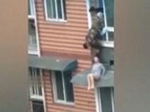 Trèo ra cửa sổ tầng 5 để nhảy lầu tự tử, cô gái trẻ bị túm tóc lôi lại