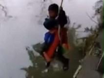 Bố treo con trai 7 tuổi lơ lửng trên sông để bắt làm bài tập toán