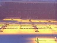 Mặt sân Old Trafford đổi màu trắng chỉ sau một đêm