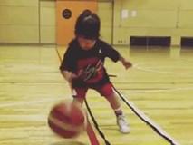 Xem cô nhóc chơi bóng rổ siêu đáng yêu, ai cũng muốn có một cô con gái!