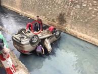 Ô tô lật ngửa dưới mương nước, người dân cạy cửa đưa người phụ nữ bị mắc kẹt ra ngoài