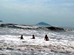 Sóng lớn bất ngờ ập vào bãi biển cuốn theo nhiều du khách-1