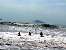 Bố mẹ thót tim chứng kiến con bị sóng biển cuốn ngã dúi dụi
