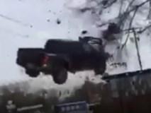 """Chạy trốn cảnh sát với tốc độ 185 km/h, xe bán tải... """"cất cánh"""""""