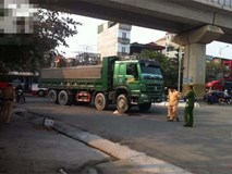 Người phụ nữ gánh rau bán rong tử vong dưới bánh xe tải