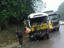 Xe buýt nát bươm sau cú tông xe tải, 9 người thương vong