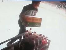 Camera ghi hình thanh niên trộm 4 thùng bia ở Sầm Sơn