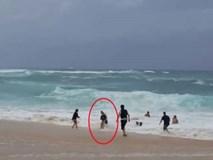 Tình huống đáng sợ cảnh báo phụ huynh khi cho con nhỏ đi tắm biển
