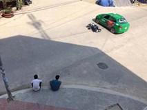 """Sau va chạm, 2 thanh niên ngồi """"tâm sự"""" như đôi bạn thân chờ CSGT đến giải quyết"""