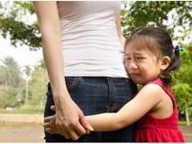 Con trẻ thu mình sợ hãi cả thế giới vì những thói quen này của bố mẹ