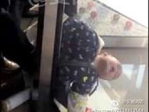 Bé trai 3 tuổi ngất xỉu khi bị mắc kẹt vào cửa xoay của khách sạn 4 sao