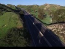 Thót tim với màn lái mô tô bay ngang qua đường cao tốc