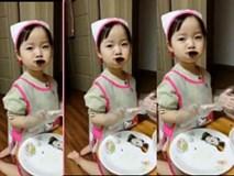 """Cô bé """"đáng yêu nhất cõi mạng"""" vừa làm kimbap vừa tranh thủ ăn luôn"""