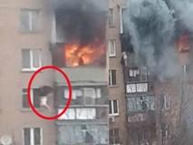 Video: Thót tim người phụ nữ lao từ chung cư xuống đất để thoát khỏi đám cháy